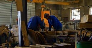 Trabalhador masculino que arranja moldes na oficina 4k filme