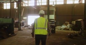 Trabalhador masculino que trabalha no armazém 4k video estoque