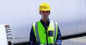 Trabalhador masculino que usa a tabuleta digital ao examinar o túnel concreto 4k video estoque