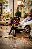 Trabalhador municipal na rua chuvosa Foto de Stock