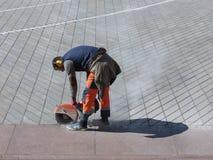 Trabalhador não identificado da estrada com um carrinho de mão de roda Foto de Stock
