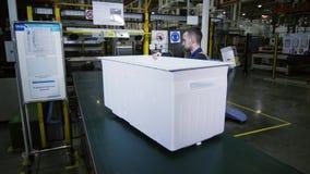 Trabalhador na caixa interna das verifica??es uniformes do refrigerador na tabela vídeos de arquivo