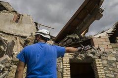 Trabalhador na entulho do terremoto, Pescara del Tronto, Itália Fotografia de Stock