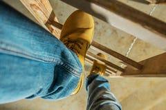 Trabalhador na escada de madeira imagens de stock royalty free