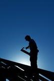Trabalhador na estrutura de telhado fotografia de stock