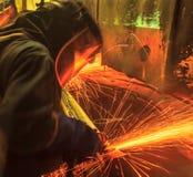 Trabalhador na moedura da indústria automóvel Fotos de Stock Royalty Free