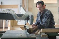 Trabalhador na obra de carpintaria fotos de stock royalty free