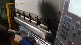 Trabalhador na oficina da fabricação que opera a máquina de dobramento cidan video estoque