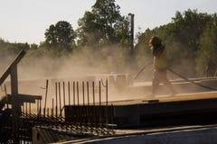 Trabalhador na poeira vermelha Imagens de Stock
