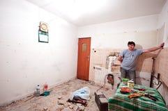 Trabalhador na renovação do quarto imagem de stock