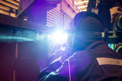 Trabalhador na soldadura da fábrica imagens de stock