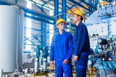 Trabalhador na usina asiática foto de stock royalty free