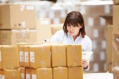 Trabalhador no armazém que prepara bens para a expedição Imagem de Stock