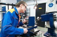Trabalhador no funcionamento da máquina-instrumento Imagem de Stock