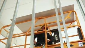 Trabalhador no trabalho na construção de uma parede da placa de gesso vídeos de arquivo