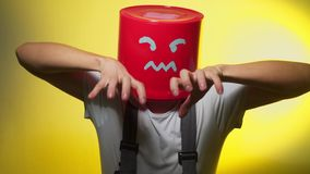 Trabalhador no uniforme com a cubeta vermelha em sua cabeça irritada video estoque