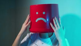 Trabalhador no uniforme com a cubeta vermelha em sua cabe?a triste video estoque