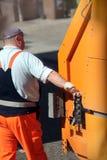 Trabalhador nos controles de um caminhão de lixo Imagens de Stock Royalty Free