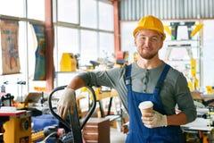 Trabalhador novo de sorriso na ruptura imagens de stock