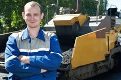 Trabalhador novo do paver na asfaltagem foto de stock royalty free