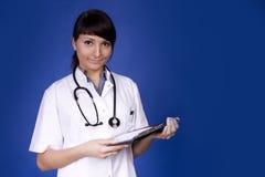 Trabalhador novo dos cuidados médicos. Sorriso fêmea do doutor. Fotografia de Stock
