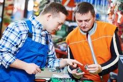 Trabalhador ou comprador da loja de Hardwarer fotos de stock royalty free