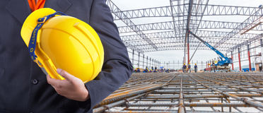 Trabalhador ou coordenador que realizam no capacete amarelo das mãos Fotografia de Stock Royalty Free