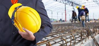 Trabalhador ou coordenador que realizam no capacete amarelo das mãos Imagens de Stock