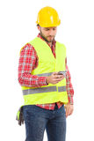 Trabalhador pensativo que envia uma mensagem de texto Fotos de Stock