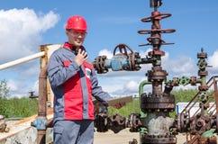 Trabalhador perto da válvula da fonte Imagem de Stock Royalty Free