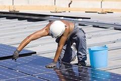 Trabalhador Photovoltaic dos painéis foto de stock