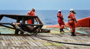 Trabalhador a pouca distância do mar na plataforma foto de stock