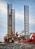 Trabalhador a pouca distância do mar na plataforma foto de stock royalty free