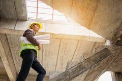 Trabalhador profissional do coordenador no terreno de construção da casa Imagem de Stock