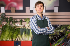 Trabalhador profissional do mantimento no mercado local Imagens de Stock Royalty Free