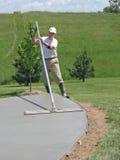 Trabalhador que alisa o concreto Fotografia de Stock Royalty Free