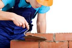 Trabalhador que constrói uma parede Fotografia de Stock Royalty Free