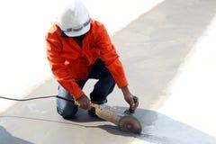 Trabalhador que corta o concreto Foto de Stock Royalty Free