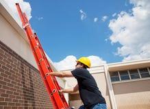 Trabalhador que escala acima Fotos de Stock Royalty Free