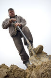 Trabalhador que escava na terra Fotografia de Stock Royalty Free