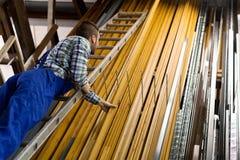 Trabalhador que escolhe o perfil da janela do PVC Fotos de Stock Royalty Free