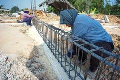Trabalhador que faz o objeto metálico para o reforço do estreptococo concreto imagens de stock royalty free