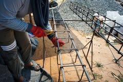 Trabalhador que faz o objeto metálico para o reforço do estreptococo concreto imagem de stock