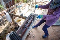 Trabalhador que faz o objeto metálico para o reforço do estreptococo concreto fotos de stock royalty free