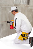 Trabalhador que faz um furo com um perfurador Foto de Stock Royalty Free