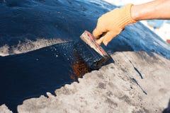 Trabalhador que faz waterproofing Fotografia de Stock
