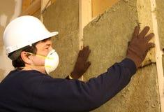 Trabalhador que instala a isolação. Fotos de Stock
