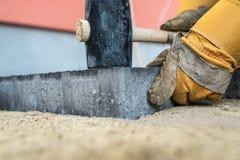 Trabalhador que instala pedras de pavimentação ou tijolos fotografia de stock