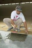 Trabalhador que levanta uma telha Fotos de Stock
