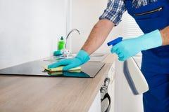 Trabalhador que limpa o Hob bonde Fotografia de Stock Royalty Free